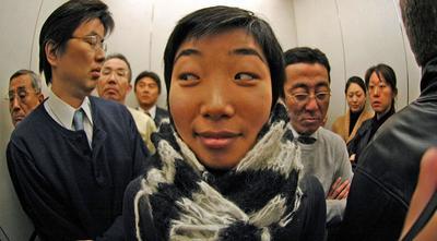 pessoas se olhando no espelho do elevador
